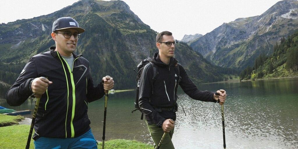 Zwei Männer wandern in den Bergen